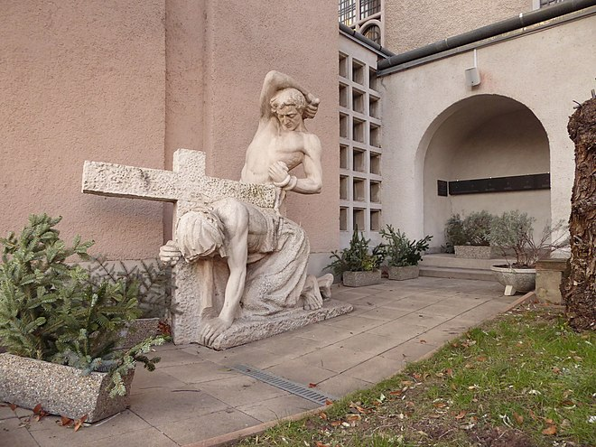 (photo of the garden with the statue)