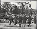Brand in Emmen. Met de handen in hun zakken liepen vanmorgen de werkeloze arbeid, Bestanddeelnr 043-1206.jpg