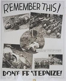 Un photomontage noir et blanc de l'armée américaine, publié, le 3 juin 1945, dans le journal américain «The Tacoma Sunday News Tribune». Sur un fond blanc, au centre de la photo, cinq vignettes exposent des cadavres; une sixième vignette montre un groupe de prisonniers, tête rasée et corps décharné, d'un camp de concentration. En haut de la photo, on peut lire l'inscription en gros caractères noirs: «Remember this!», et, en bas, le message: «Don't fraternize!».