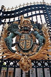 Buckingham Palace - Wappen am Gittertor.jpg