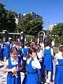 Bucuresti, Romania. Elevi de la Scoala din incinta Bisericii Sfanta Tereza a Pruncului Isus. Inghesuiala la standul cu carti. (2).jpg