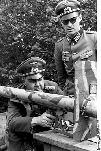 Adolf-Friedrich Kuntzen - Kuntzen (kneeling) poses with a Panzerschreck in 1944