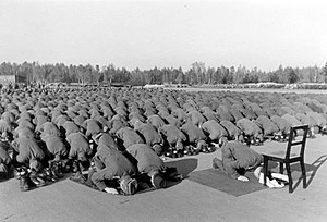 Bundesarchiv Bild 146-1977-137-20, Bosnische SS-Freiwillige beim Gebet.jpg