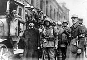 Bundesarchiv Bild 146-2007-0003, Soldaten bei der Verhaftung von Stadträten