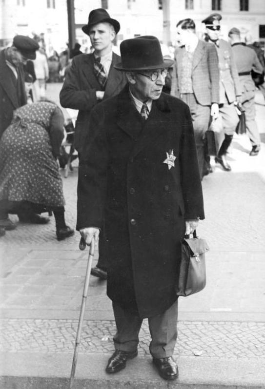 Bundesarchiv Bild 183-R99993, Jude mit Stern in Berlin