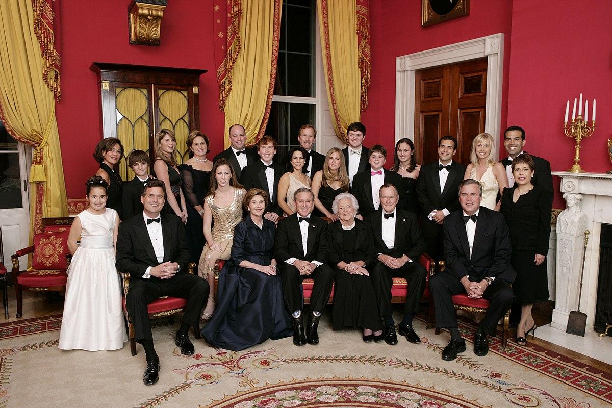 https://upload.wikimedia.org/wikipedia/commons/thumb/d/d7/Bush_immediate_extended_family.jpg/1200px-Bush_immediate_extended_family.jpg