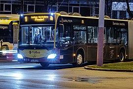 Buslinie 1 am Omnibusbahnhof in Tübingen bei Nacht.jpg