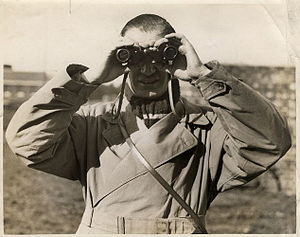 English: Photograph of holing binoculars