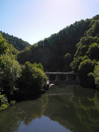 Cère - Cère gorge near Lamativie, where it forms the Corrèze/Lot border, showing hydroelectric barrage.