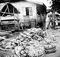 COLLECTIE TROPENMUSEUM Een ananas-verkoper te Palembang Sumatra TMnr 10002709.jpg