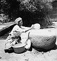 COLLECTIE TROPENMUSEUM Een vrouw zeeft gestampt rijstmeel op een steen TMnr 20000282.jpg