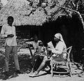 COLLECTIE TROPENMUSEUM Onderzoekster Rose neemt een interview af voor het K.I.T. Medical Research Centre in Nairobi TMnr 20014469.jpg
