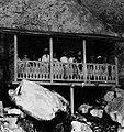 COLLECTIE TROPENMUSEUM Tau-tau op de galerij voor een rotsgraf nabij het dorp Londa TMnr 20000498.jpg