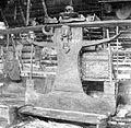 COLLECTIE TROPENMUSEUM Voorouderaltaar en offerplaats (tavoe) in een Tanimbarees huis TMnr 10000868.jpg