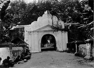 John Crawfurd - The kraton in Yogyakarta, a gate in a photograph from the early 20th century. The palace was made up of pendopo surrounded by a whitewashed wall.