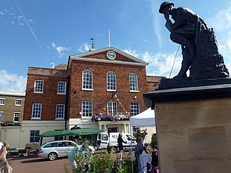 Huntingdon - Image: Cmglee Huntingdon town hall war memorial