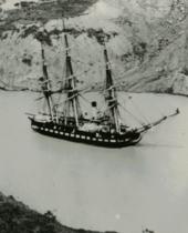 Фотография буксируемого по каналу корабля