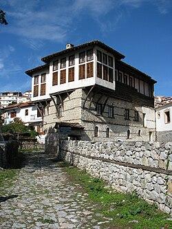 Το αρχοντικό των αδελφών Ιωάννη και Παναγιώτη Εμμανουήλ, σήμερα στεγάζει το Μουσείο ενδυματολογίας Καστοριάς.