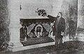 Curros perante a tumba de Rosalía 24 de setembro de 1904.jpg