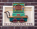 De Levensgenieter, Draaiorgel van Amsterdam, Gevelsteen, Zeedijk 80.JPG