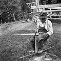 Debeljakov oče kleplje koso na klepauki, Kočarija 1956.jpg