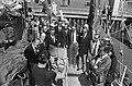Demonstratie van een zwemvest, links prins Bernhard, Bestanddeelnr 927-9758.jpg