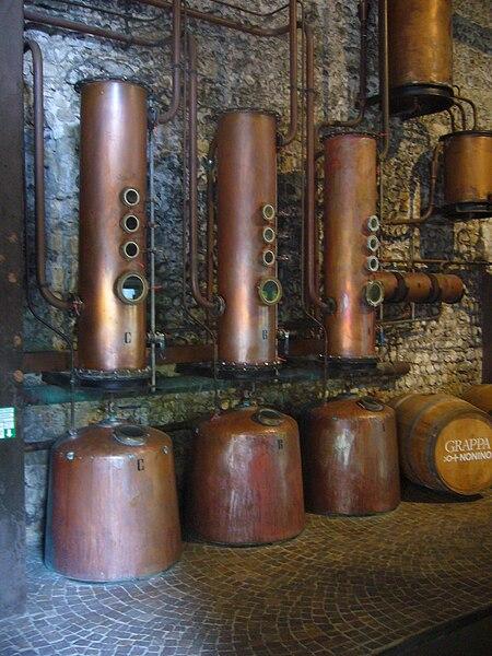 File:Distilleren (ouderwets).JPG