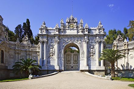 Interior facade of the Gate of the Sultan (Saltanat Kapisi) located on Dolmabahce Avenue, one of the main entrances of Dolmabahce Palace. Dolmabahce Tor-2008-31-07.jpg