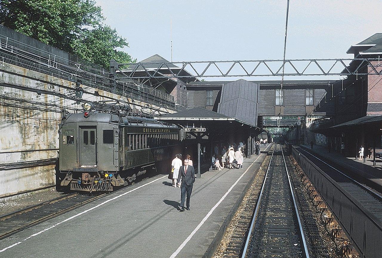 File El Mu Train Waiting To Depart Summit Nj On June 21