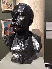 Busto preto de homem branco com bigode grande