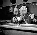 Een van de mannen staat aan de bar, Bestanddeelnr 254-0003.jpg