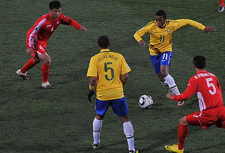 52c84c03b كوريا الشمالية (باللون الأحمر) تلعب ضد البرازيل كأس العالم لكرة القدم 2010  في جنوب