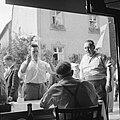 Feestgangers bij de ingang van een wijnbedrijf, Bestanddeelnr 254-3899.jpg