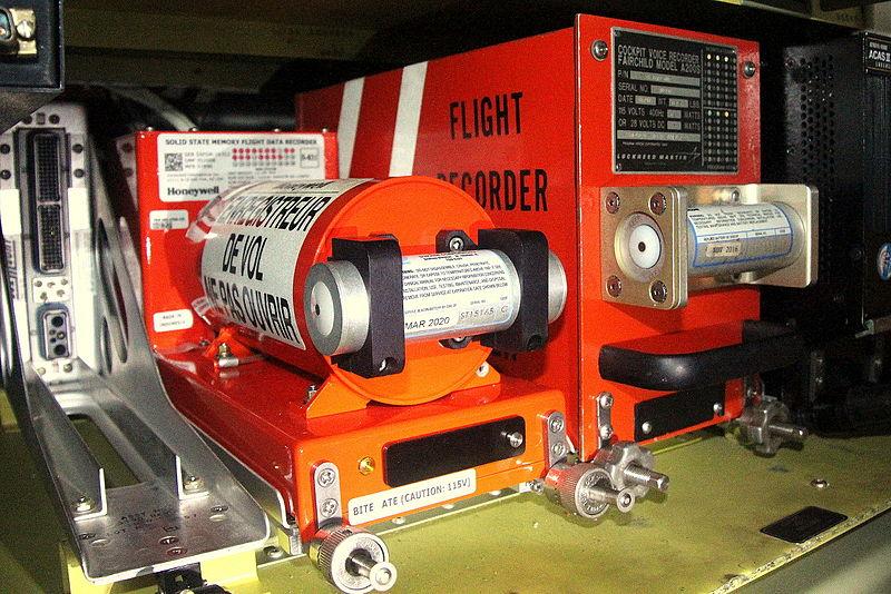Caja negra. En la imagen, puede verse (a la izquierda) un Flight Data Recorder (FDR, Grabador de Datos de Vuelo) en la parte izquierda, y un Cockpit Voice Recorder (CVR, Grabador de Datos de Cabina) a la derecha, montados en la parte trasera del fuselaje de un avión. Cada una de las unidades (FDR y CVR) incluye un Emisor Submarino (ULB), montado en la parte frontal de la caja negra.