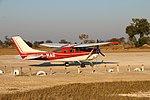 Flugzeug im Okavangodelta. Im Hintergrund Impalas.jpg