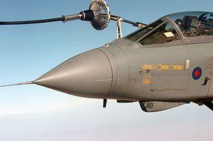 Il pilota deve manovrare l'aereo in modo che la sonda s'inserisca nel cestello