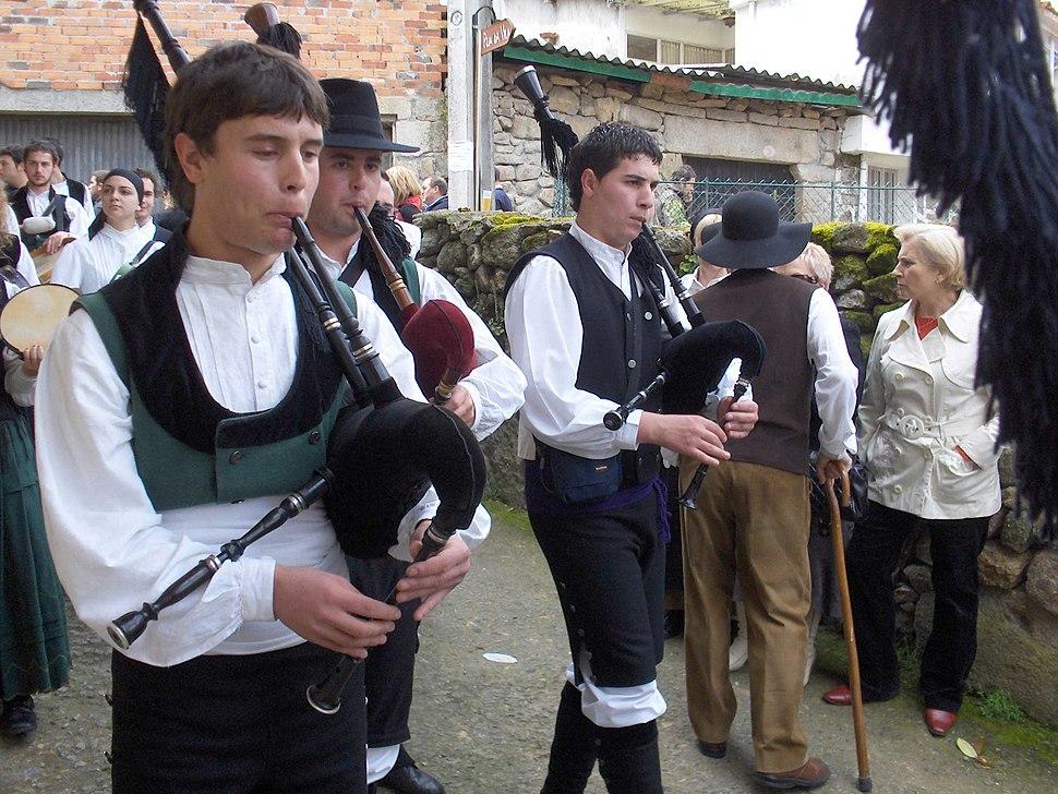 Gaiteiros em romaria galega