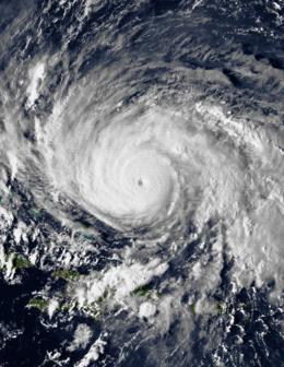 Снимки урагана «Глория», полученные с помощью GOES-6, близкого к пику 25 сентября. Интенсивный шторм имеет небольшой глаз и большие конвективные полосы.