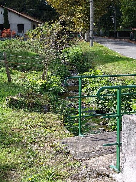 Le ruisseau de Gouhouron à son entrée dans Siradan. Passerelle constituée de deux dalles d'ardoise, doublant le pont routier sur le chemin de la Carraou.