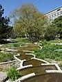 Helene Balmer-Gerber, Bildhauerin. Brunnenanlage (1976–80) im Garten des Universitätsspital, Basel.jpg