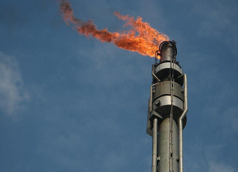 File:Hemmingsedt raffinerie turm ganz nah.jpg