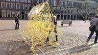 File:Het Strandbeest van kunstenaar Theo Jansen loopt over het Binnenhof.webm