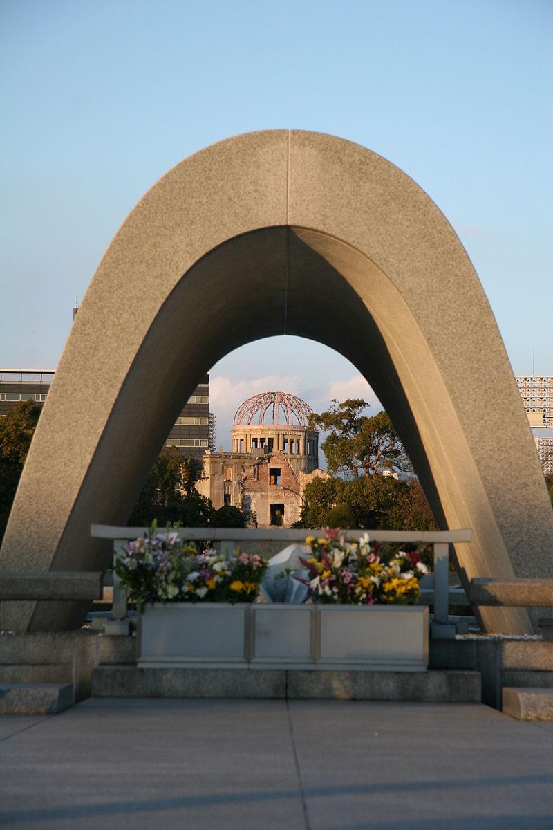 https://upload.wikimedia.org/wikipedia/commons/thumb/d/d7/HiroshimaPeacePark050109.jpg/800px-HiroshimaPeacePark050109.jpg