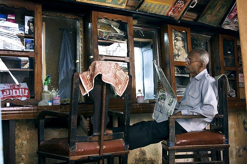 Bestand:India - Varanasi hairdresser shop - 1075.jpg