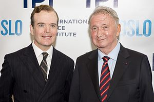 """Jefferson Mays - Jefferson Mays, who plays the part of Terje Rød-Larsen in """"OSLO"""", with International Peace Institute (IPI) President Terje Rød-Larsen, at a special performance of the play hosted by IPI."""