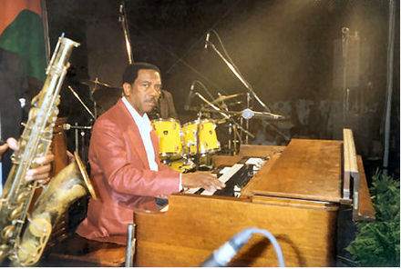 Jimmy Smith's use of the Hammond organ in the 1950s gave him commercial success and influenced other notable organists Jimmy Oscar Smith Hammond.JPG