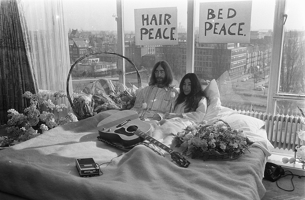 John Lennon en zijn echtgenote Yoko Ono op huwelijksreis in Amsterdam. John Lenn, Bestanddeelnr 922-2302.jpg
