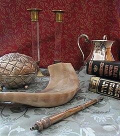 Sabbatlysestager, handtvættsskål, Humash og Tanach, Torah-pegepind, shofar og etrog-kasse.