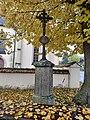 Kříž před kostelem ve Vrčni.jpg