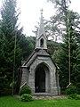 Kapelle im Klosterwald mit Heldenfriedhof 02.JPG